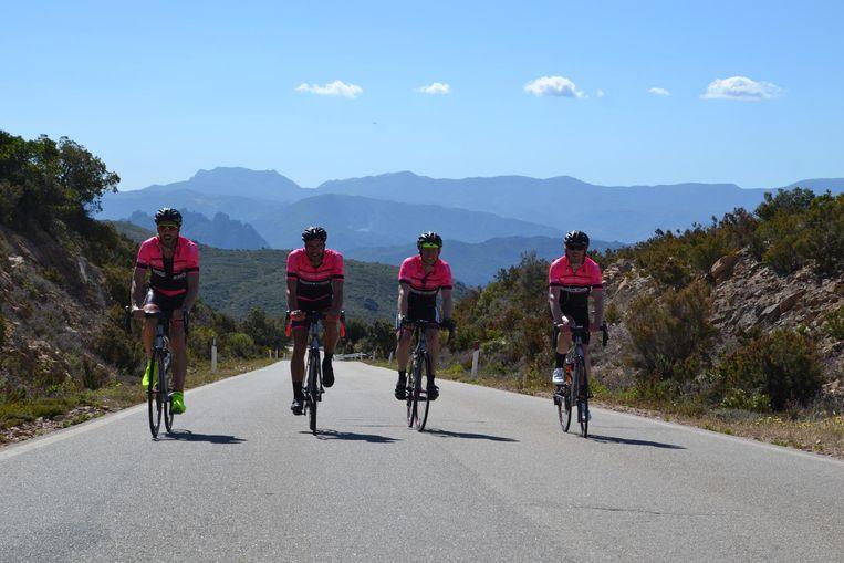 De vier overgebleven fietsvrienden in de Sardijnse heuvels.