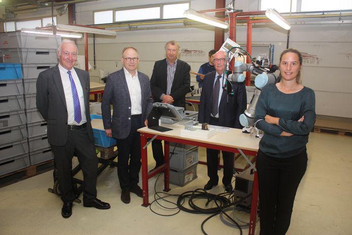 Ignace Dereeper, Raf Jacxens, Luc Rosseel, Paul Gerard en schepen Charlotte Verkeyn in vzw Oesterbank voor de oprichting van werkgeversassociatie Lavoro.