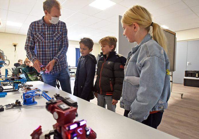Heinrich Bierman geeft zijn eerste van acht cursuslessen robot programmeren voor kinderen.