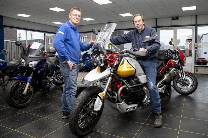 Hans van Zon (rechts), op de Moto Guzzi V85, gaat met pensioen na dertig jaar Motorservice Twente te hebben gerund. Zijn bedrijf en monteur Bas Slooijer gaan over naar Motor Oost.