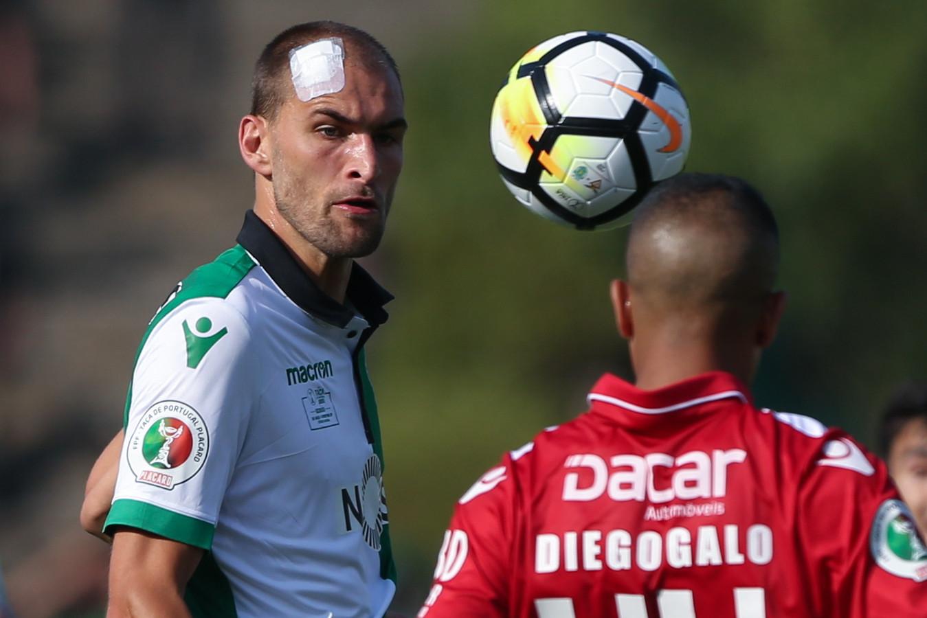 Bas Dost met een pleister op zijn hoofd vanwege de aanval door Sporting-supporters.