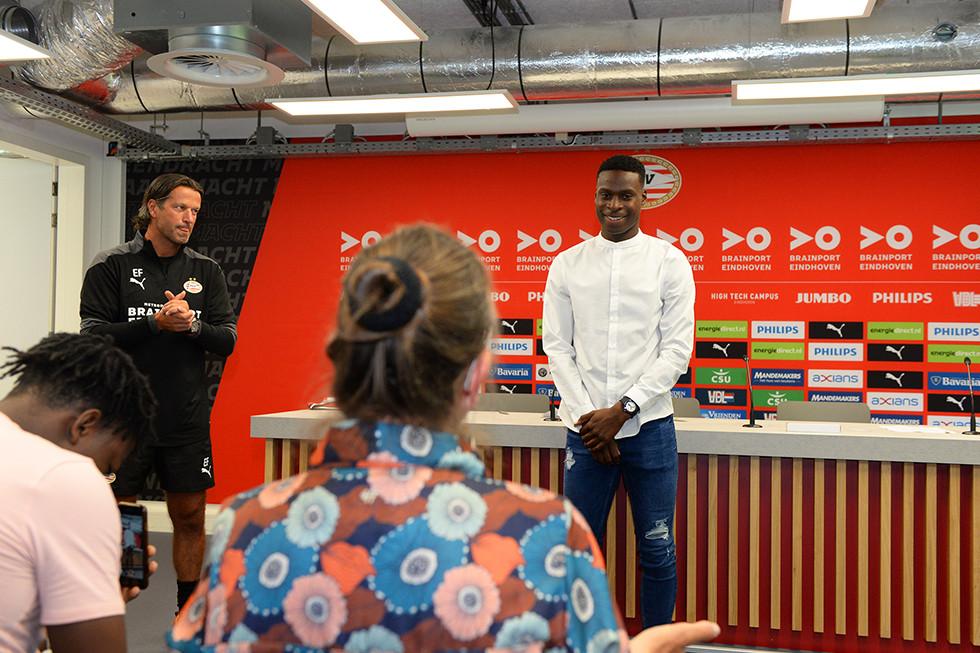 Emmanuel van de Blaak tekent zijn contract bij PSV. Links van hem hoofd opleidingen Ernest Faber.