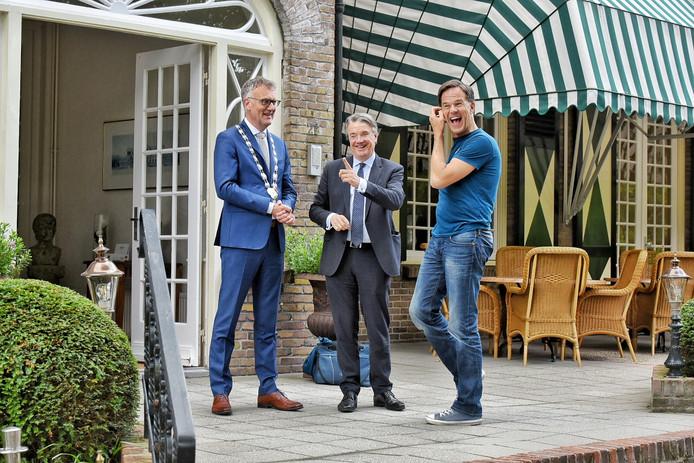 Mark Rutte wordt bij Bos en Ven verwelkomd door burgemeester Hans Janssen en commissaris van de koning Wim van de Donk