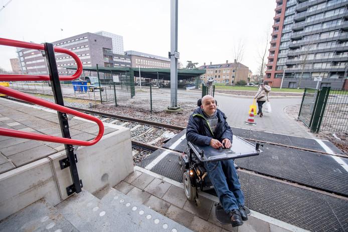 Wijnand Fidder is mindervalide. Hij laat zien dat de nieuwe oversteek (bij de nieuwe fietsenstalling) aan de noordzijde van station Enschede niet rolstoelvriendelijk is.