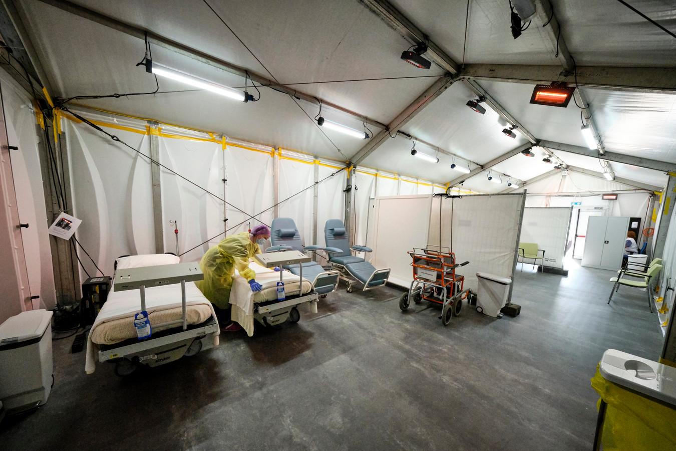 Het Franciscus Vlietland ziekenhuis in Schiedam heeft ook tenten in gebruik.