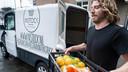 Stichting Instock gaat sinds kort naar telers om afwijkende producten op te halen. Restaurants kunnen via de site van Instock dit voedsel bestellen. Ook deze bestellingen worden door de medewerkers van Instock afgeleverd.