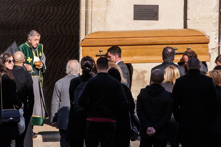 Charles Aznavour wordt de kerk ingedragen.