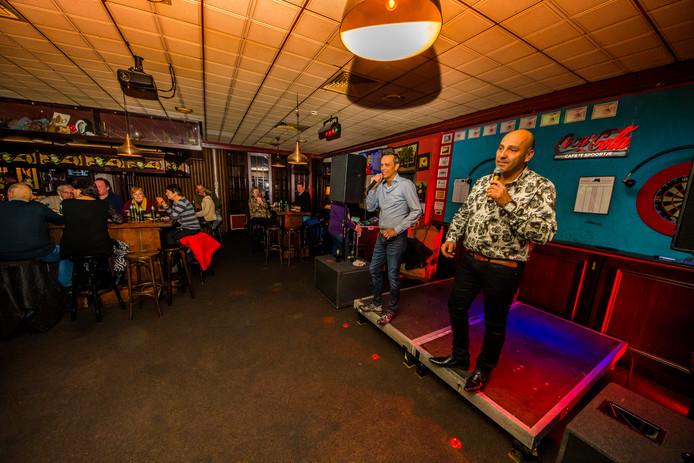 Recent beeld uit café 't Spoortje, tijdens een Hollandse muziek-avond met hier een optreden van van René en Robert editie.