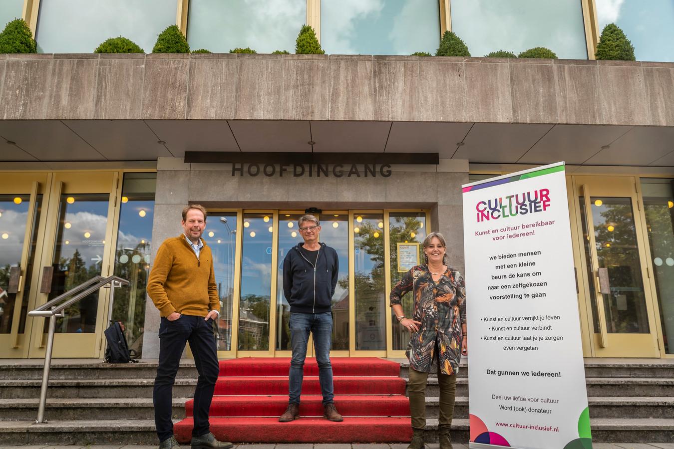 Giel Pastoor, Klaas Seelen en Jeannette Vos (vlnr) bij de ingang van het Parktheater.