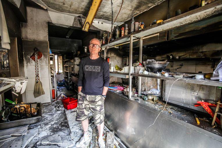 Wim Slosse van Peper & Zout in zijn uitgebrande keuken. De schade is enorm.
