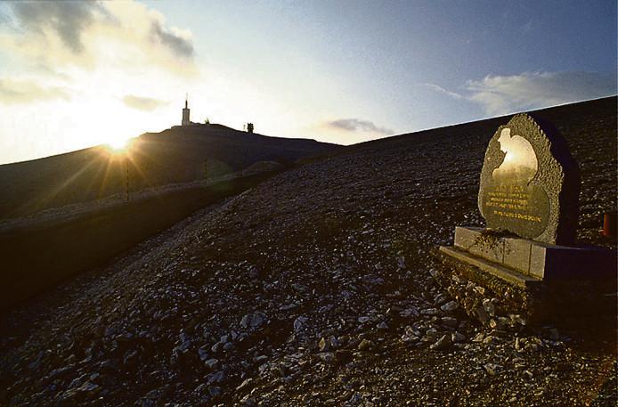 De Mont Ventoux met op de voorgrond het monument ter nagedachtenis aan Tom Simpson.