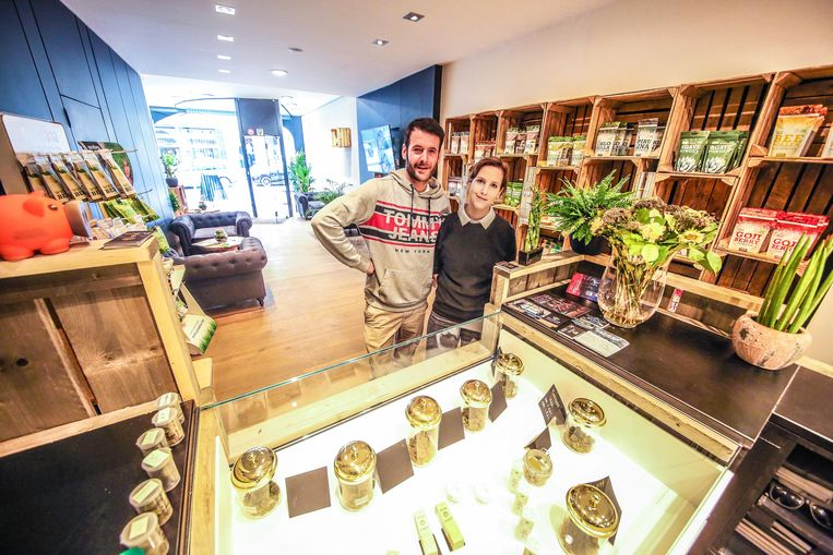 Uitbaters Joran Usal en Leen Bonte bieden in hun zaak legale cannabis aan.