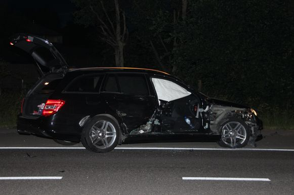De rechterkant van de Mercedes liep zware schade op.