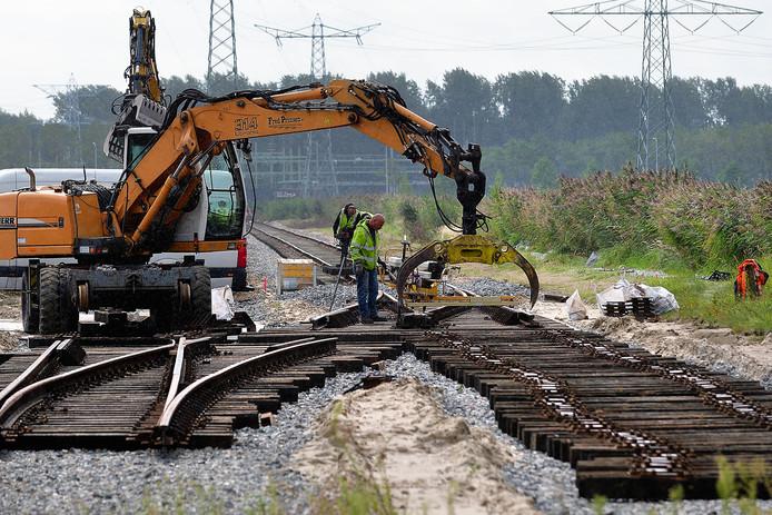 Aanleg nieuw stuk spoor op haventerrein op  Moerdijk. Foto Peter van Trijen