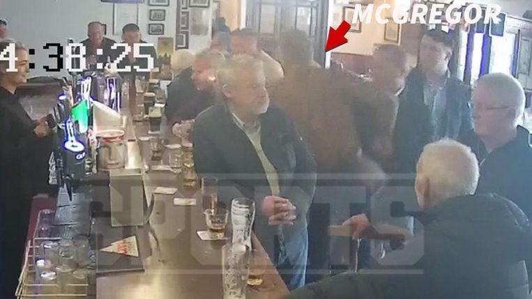 McGregor haalt uit naar een oudere man die niet van zijn whiskey wil proeven.