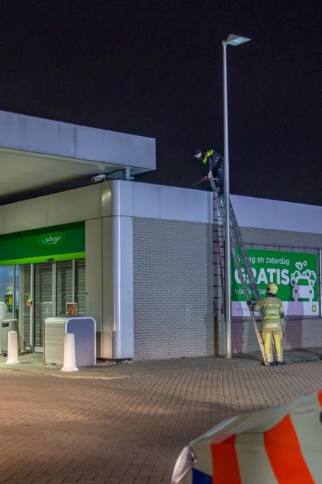 Politie gaat het dak op voor inbreker tankstation