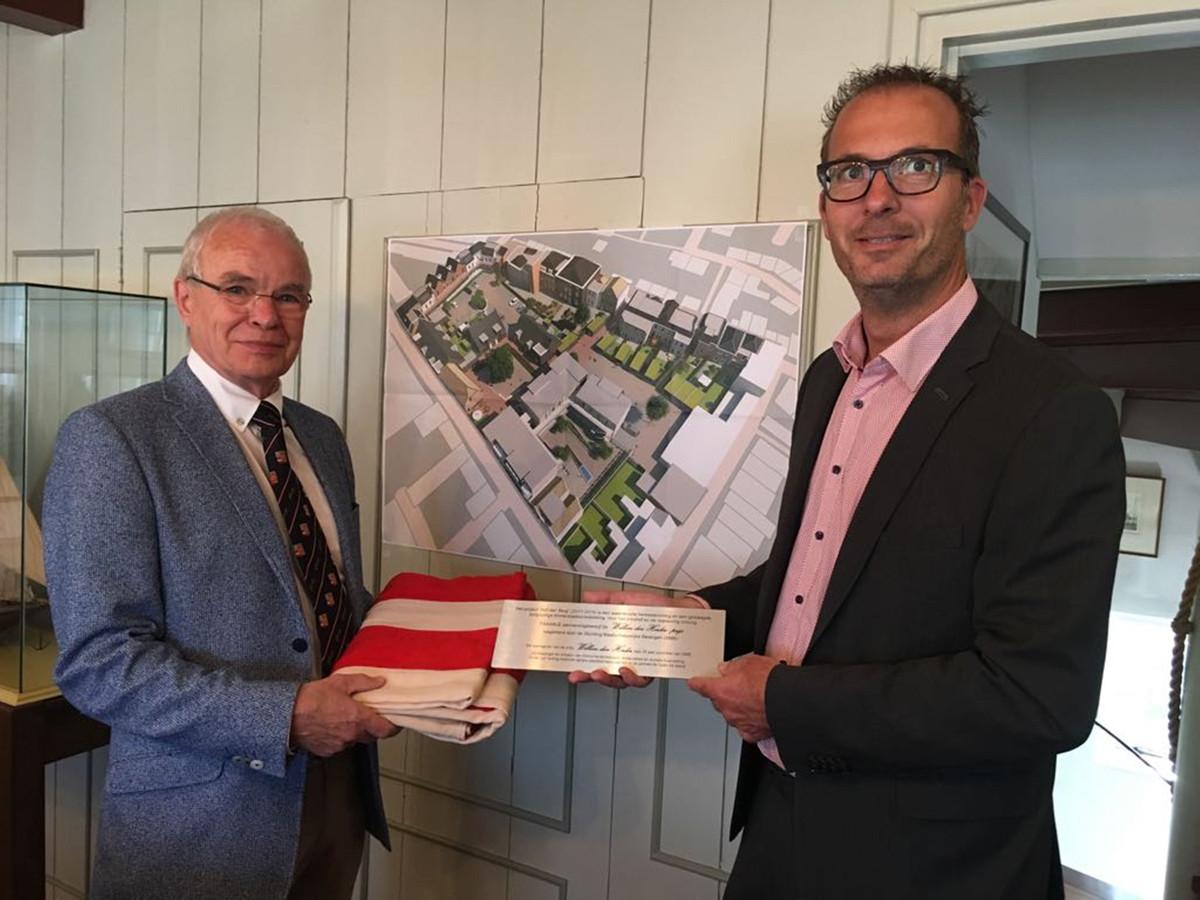 Fraanje-directeur Martijn van Sabben (rechts) ontving donderdag de plaquette uit handen van voorzitter Hans Schinkel van de Stichting Maatschappelijke Belangen.