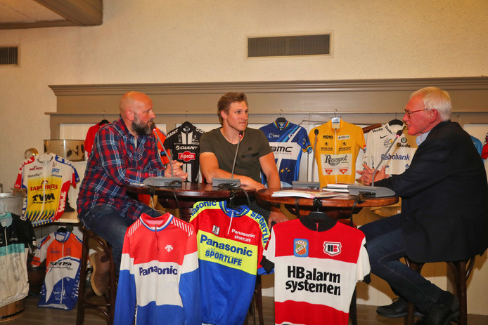 Wereldkampioen baanwielrennen Jeffrey Hoogland (midden) wordt aan de tand gevoeld tijdens het wielercafé van 2018 in Wierden.