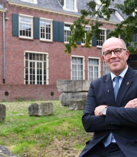 Lies van Mierlo, de belangrijkste man op het gemeentehuis vertrekt: 'Een bode hoort en ziet alles'