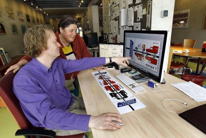 Ingmar en Carla Birza van de Deventer ontwerpstudio Birza Design bekijken in hun vestiging aan de Smedenstraat hun ontwerp van de Europapostzegel. foto Ab Hakeboom