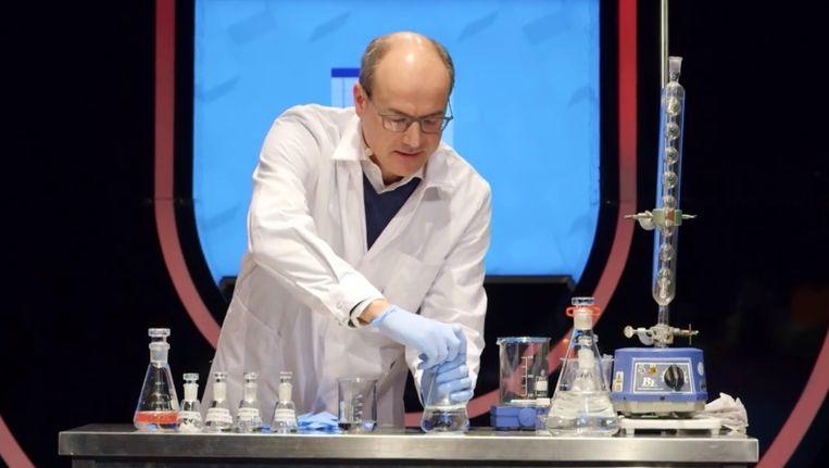 Kunststoffen maken op basis van aardolie, hoe werkt dat? Scheikundige Bert Weckhuysen laat het zien. Beeld Universiteit van Nederland