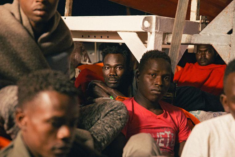 Meer dan 230 migranten bevinden zich sinds donderdag op de Lifeline.
