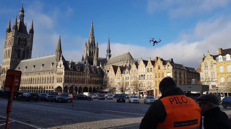 Er vloog maandag een drone boven de Grote Markt in Ieper.