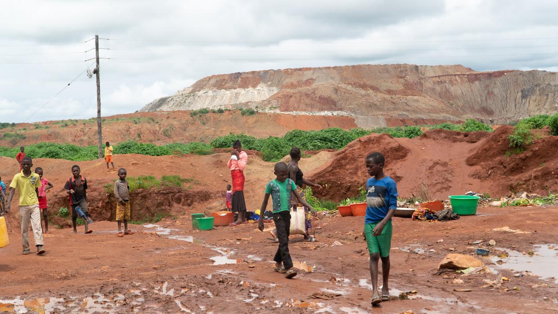In Congo worden veel kinderen ingezet in de kobaltwinning, reden waarom mensenrechtenadvocaten grote techbedrijven aanklagen.