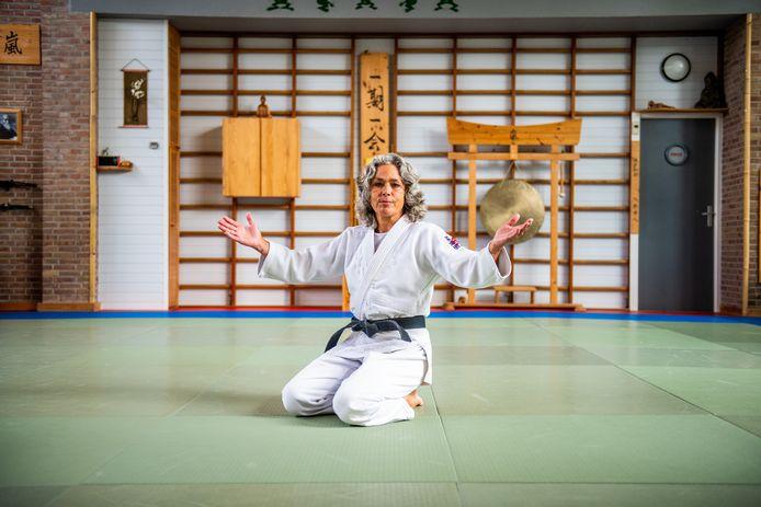 Liesbeth Beeks van Judoschool Arashi uit Alphen aan den Rijn zit in een lege zaal, ze mag geen les geven vanwege corona.