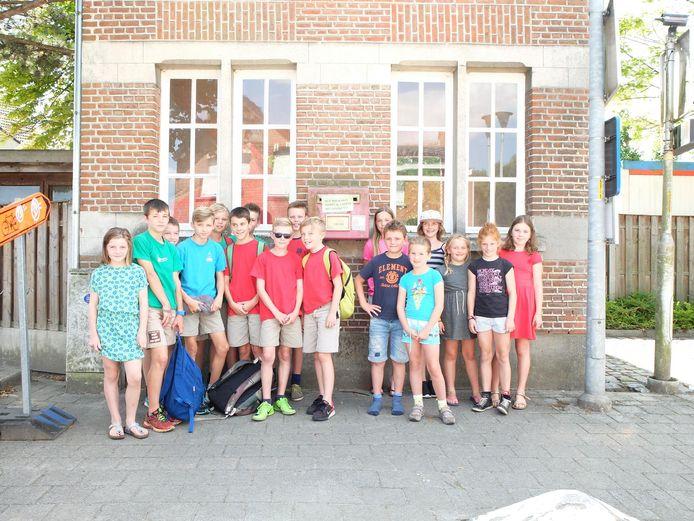 De meisjes en jongens van Chiro Zonderschot, aan de overvolle brievenbus bij de kleuterschool.