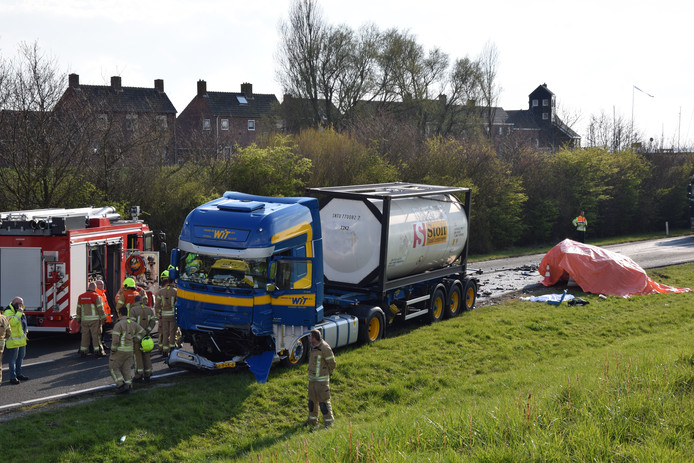 Een vrachtauto en personenauto (onder het zeil) kwamen met elkaar in botsing bij Ouddorp.