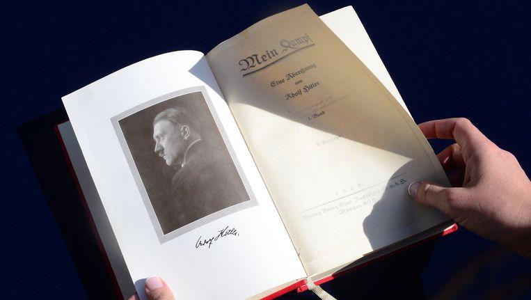 Een exemplaar van Mein Kampf met foto én handtekening van Hitler dat in februari werd geveild in de Verenigde Staten.