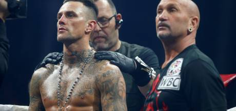 Holzken met opgeheven hoofd onderuit in 'Champions League van het boksen'