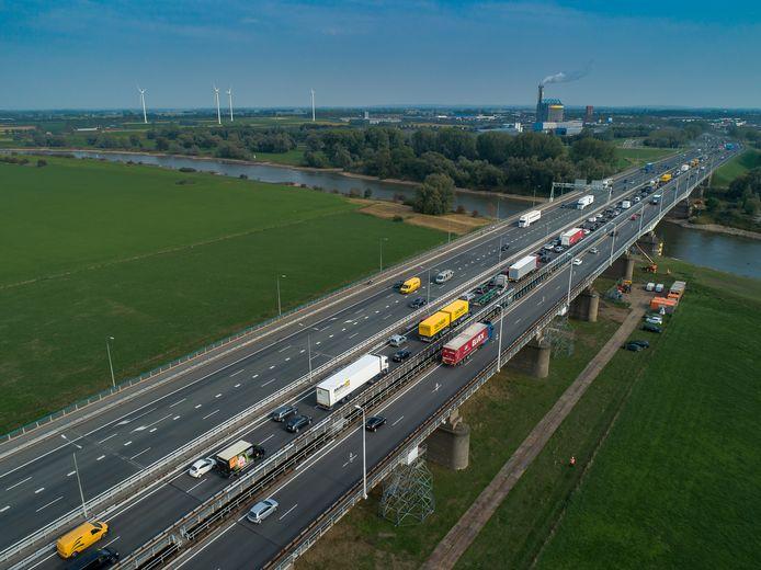 De IJsselbrug bij Westervoort in september 2018, toen bij een inspectie van de brug een tikkend geluid werd gehoord.