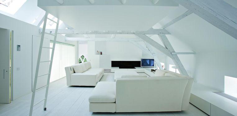 Zowel de woonkamer als de loft zijn zeer hedendaags ingericht door de vorige bewoner.