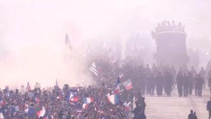 Uitzinnige mensenmassa ontvangt 'Les Bleus' in Parijs, zelfs Macron bouwt mee een feestje