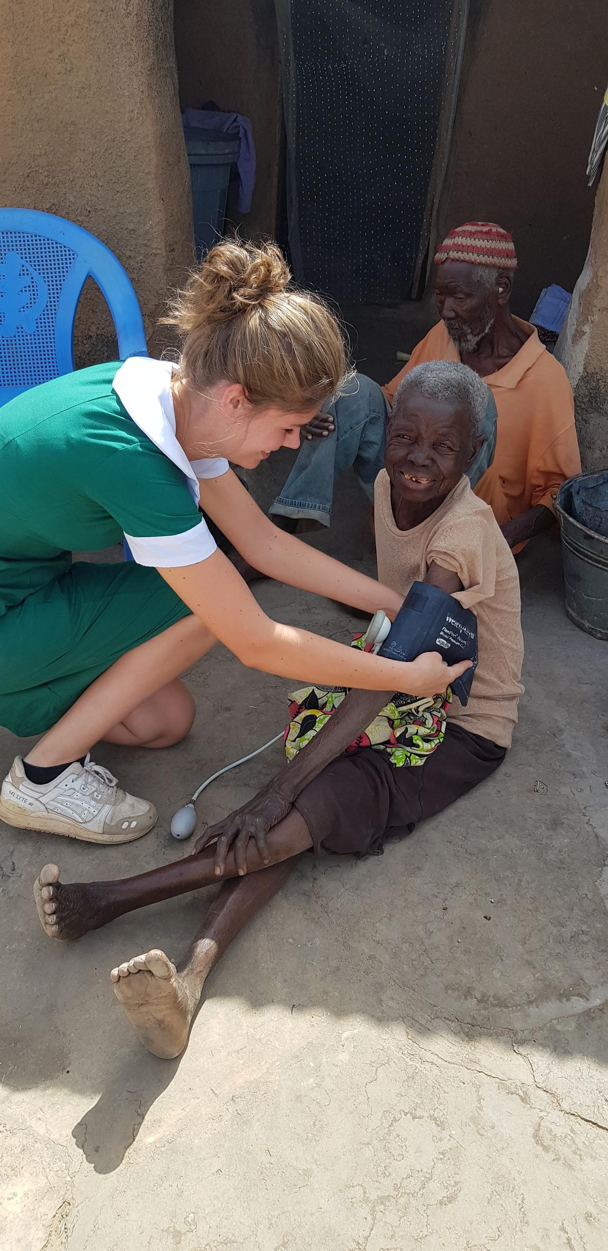 Vrijwilliger Lieke Hulshof aan het werk in een Ghanees ziekenhuis.