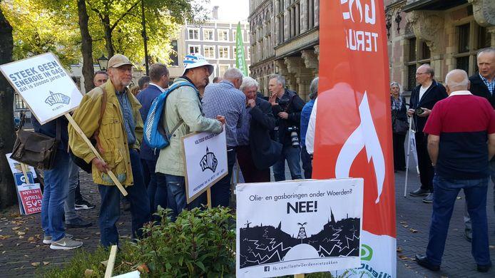 Belangengroepering Laat Woerden Niet Zakken protesteert tegen gaswinning in het Papekopveld.