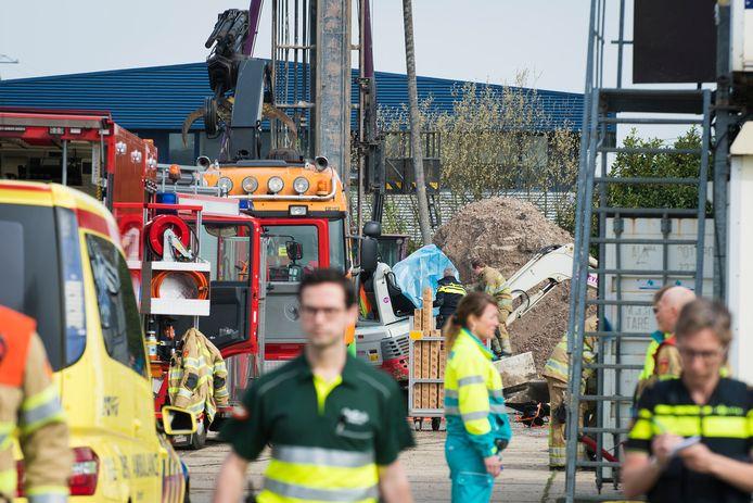 Op een bouwplaats aan de Merwedeweg in Breukelen is vanmorgen een persoon overleden toen een heipaal op de cabine van zijn graafmachine viel. Het slachtoffer kwam bekneld te zitten en overleed ter plekke.
