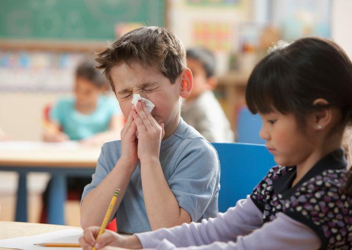Kinderen tot 13 jaar, die verkouden zijn, mogen gewoon naar school. Maar de scholen vrezen daardoor meer lesuitval.