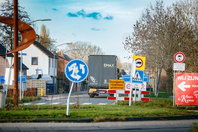 Een Poolse bestuurder kwam woensdagmiddag met zijn vrachtwagen vast te zitten in de Zevenbergsche Hoek aan de Driehoefijzersstraat en moest daarna een kilometer in zijn achteruit rijden, langs alle borden die hem juist hadden moeten stoppen.