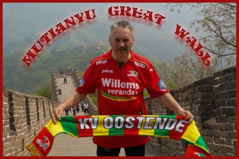 Op deze foto is Martin Defour het meest fier: poserend op de Grote Muur in China met een truitje en sjaal van KVO
