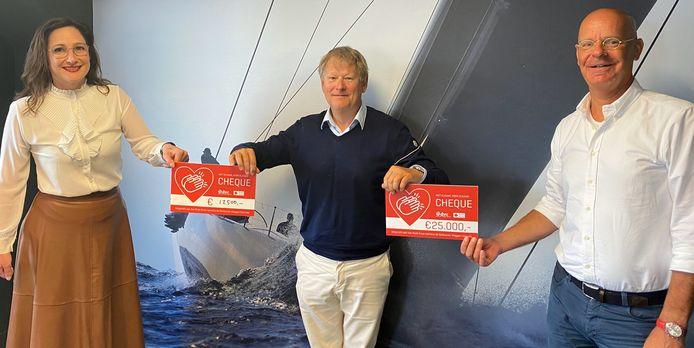 Van links naar rechts: Anniek van Aert (initiatiefneemster), Robert-Jan Hageman (DVC) en Frank Asser (Rode Kruis).
