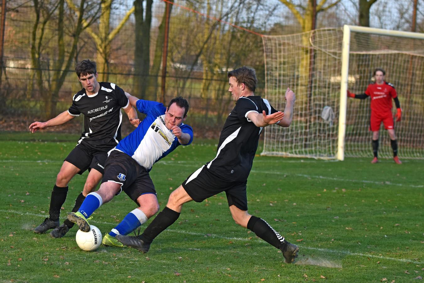 Met een prima invalbeurt werd Dennis Wirken (midden) de man van de wedstrijd aan de kant van Molenschot.