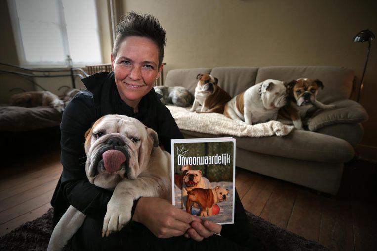 Heidi Swerts met haar Engelse Bulldogs.