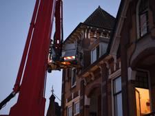 Brandweer via hoogwerker naar binnen bij woningbrand in Almelo