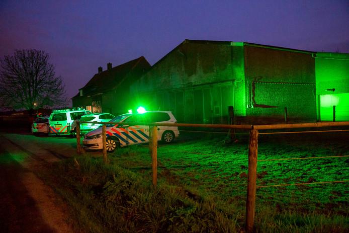 De politie doet onderzoek bij de loods in Noordhoek waar een hennepdrogerij is ontdekt.