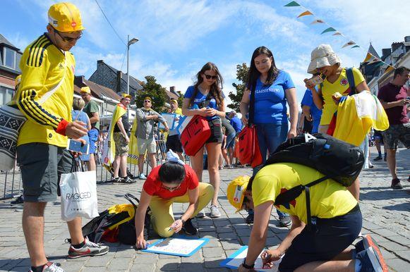 Tour de France in Geraardsbergen - HLN deelt bordjes uit waarop mensen leuke tekstjes kunnen schrijven.