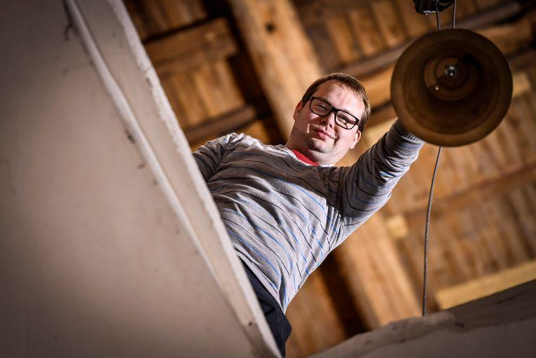 Lorenz Meulebroek bezig met de klokken richting toren te hijsen.