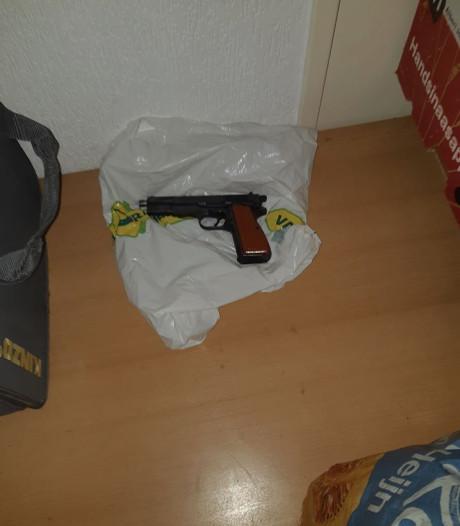 Drugsdealer aangehouden in woning in Tilburg, agenten vinden geladen vuurwapen